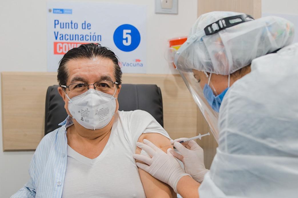 Ministro Fernando Ruiz recibió vacuna contra el covid-19