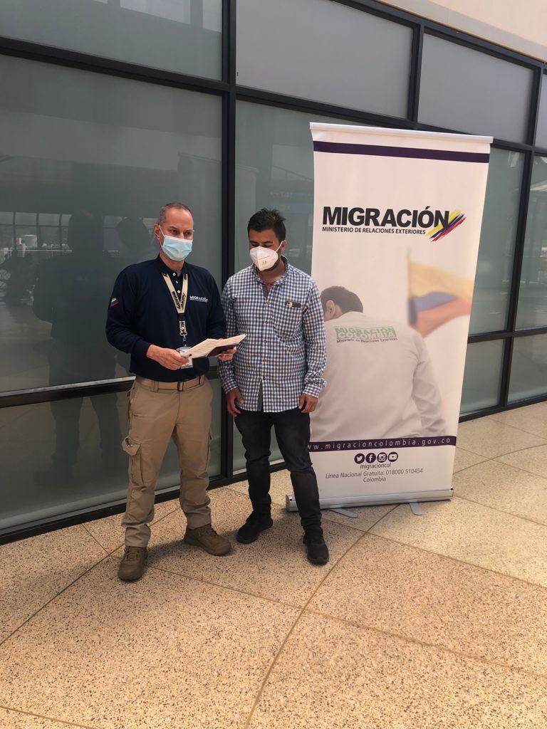 MIGRACIÓN COLOMBIA DETIENE A UNO DE LOS HOMBRES MÁS BUSCADOS POR ABUSOS SEXUALES CONTRA MENORES DE EDAD EN COLOMBIA