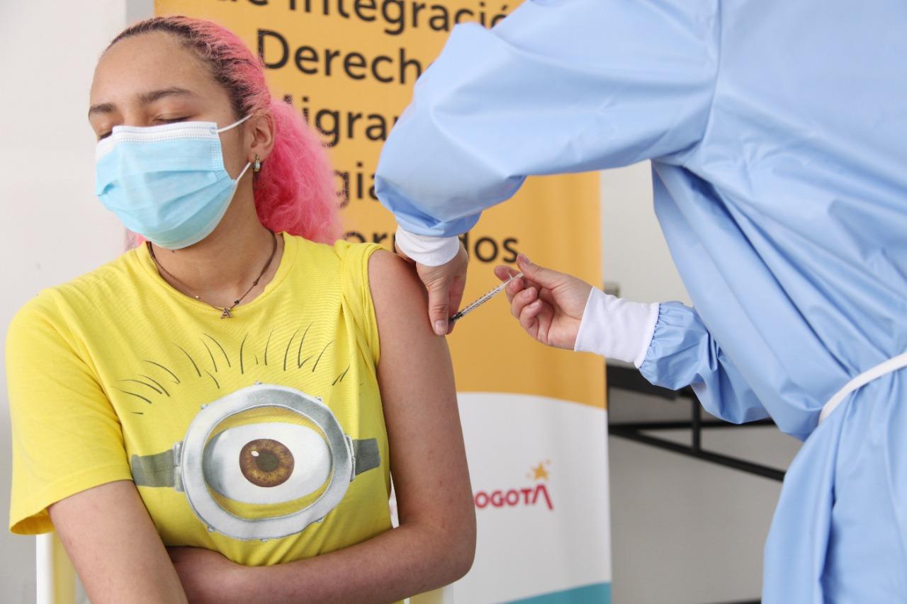 Integración Social habilitó espacios para vacunar a población migrante en Bogotá
